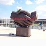 patung persahabatan jabat tangan taman asia afrika bandung 01